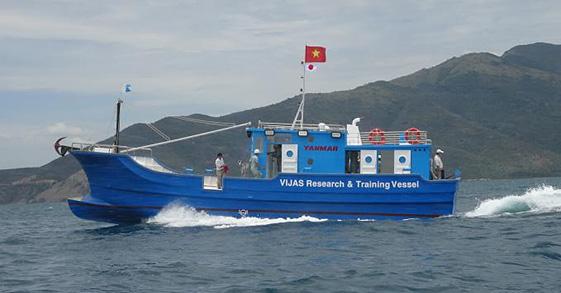 写真は現地で竣工したマグロ漁船(実証船)