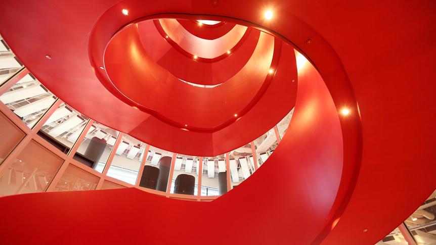 オフィスの中心に設けられたガラス張りのらせん階段