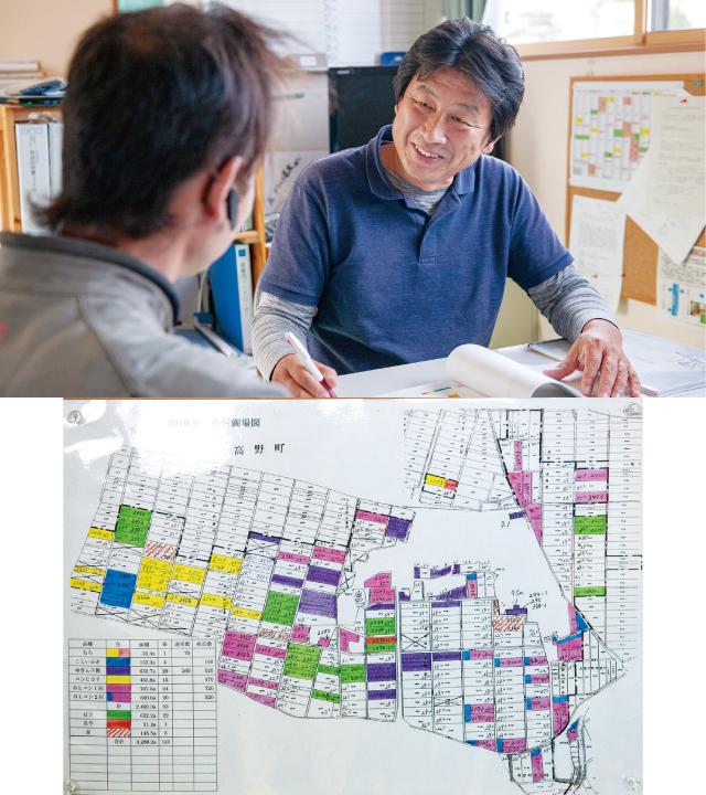 リモートセンシングのレポート結果を見ながら、各ほ場の特性を確認する中村氏(右)と中川氏(左)。これまで使っていた手書きの地図では、管理が難しかった。