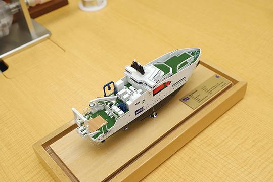 模型を見ると、船体中央の船橋から船底の スラスタまで一目瞭然