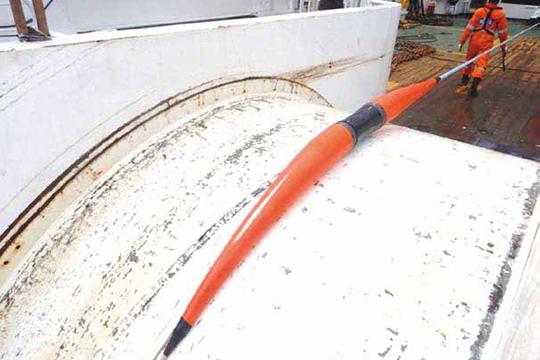 船尾シーブからのケーブル繰り出し。日本海溝の最深部(水深8,020m)にも埋設の実績がある