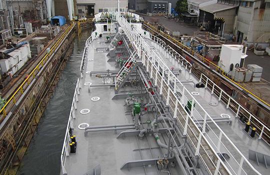 甲板の大部分をフラットにできることも大きな特長。タンクの補強材をトップサイドタンクに収納できるためだ。