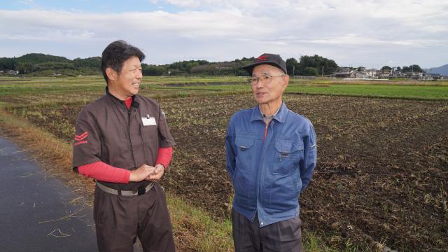密苗をおすすめした美濃加茂支店の川口支店長に、収穫を無事に終えて、密苗導入の効果を語る坂井さん。
