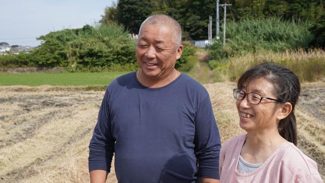 収穫を終えたほ場を眺めながら、来年の営農計画に想いを馳せる加茂さんご夫妻。ドローンやリモートセンシングの資格も取得されるそうだ。